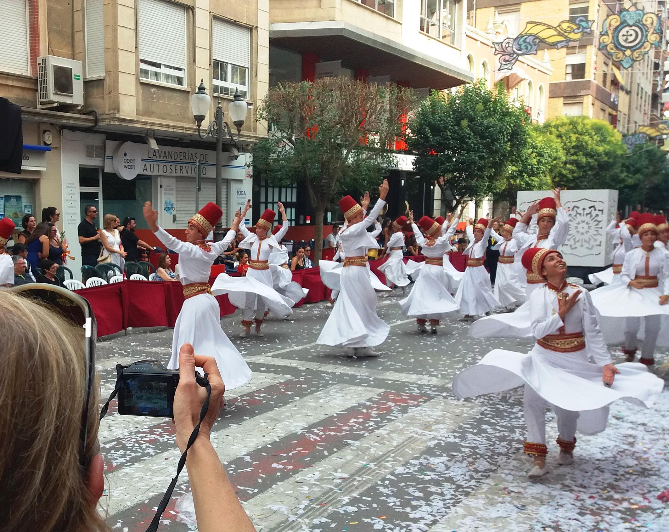 Periodistas armenios y alemanes descubren las tradiciones festivas de la Costa Blanca