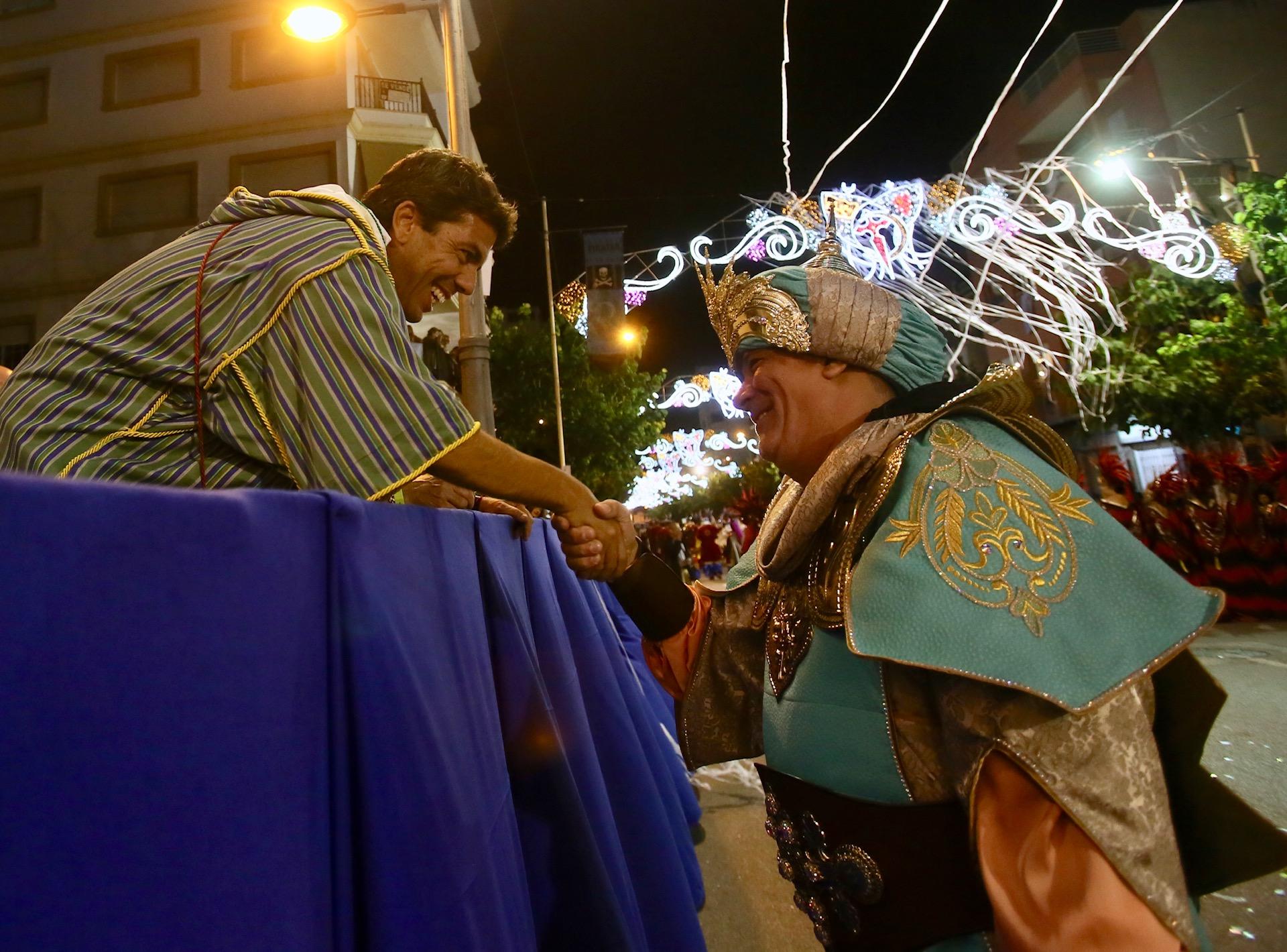El presidente de la Diputación de Alicante, Carlos Mazón, ha participado esta tarde en el Gran Desfile de la Entrada de Moros y Cristianos de Mutxamel
