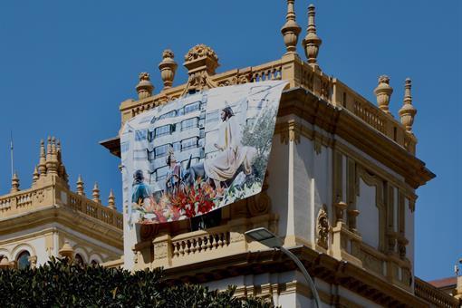 La imagen del paso de Jesús Triunfante 'La Burrita' luce en la Diputación como homenaje a la Semana Santa alicantina.